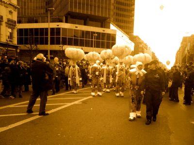 Gilles de Binche. Parade was gesponsord door o.a. het Waalse Gewest. (c) Boskabout