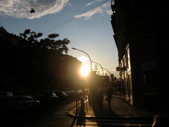 Zonsondergang op straat.